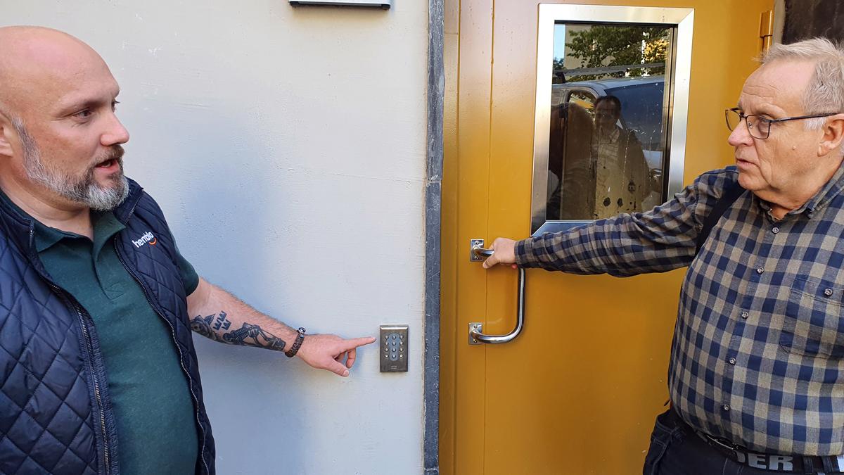 Portarna in till källarna har okrossbart glas och lås med både kod och bricka som kan ställas in så att det inte går att öppna nattetid.