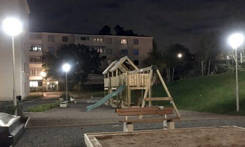 Väl upplyst lekplats hos BRF Pargas